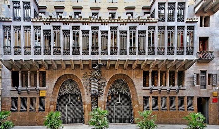 Инновационные идеи воплотились в стиле оформления замка Гуэля.
